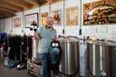 """Rob Meijer is eigen bierbrouwerij begonnen: Brouwhuys Elden. ,,Ik hoef er niet van te leven. Zo lang ik maar uit de kosten kom."""""""