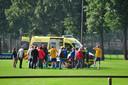 Yessie van de Sanden wordt na een hartstilstand per ambulance afgevoerd.