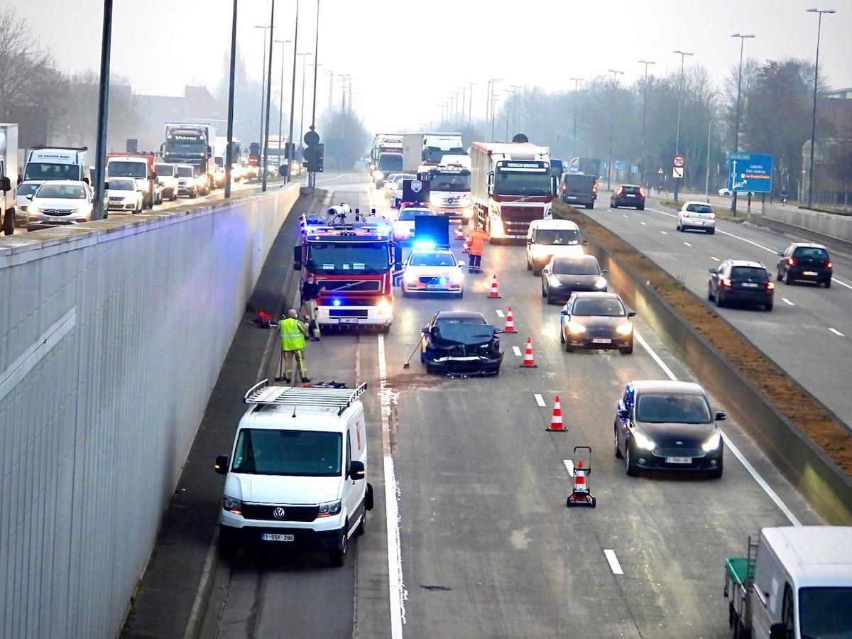 Door het ongeval was de rechterrijstrook versperd voor het verkeer.