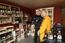 Luc Haekens en zijn vrouw Ann in hun eigen streekwinkel Heerlijk Hageland. Sinds kort kan je er de Coberger-wijn kopen.