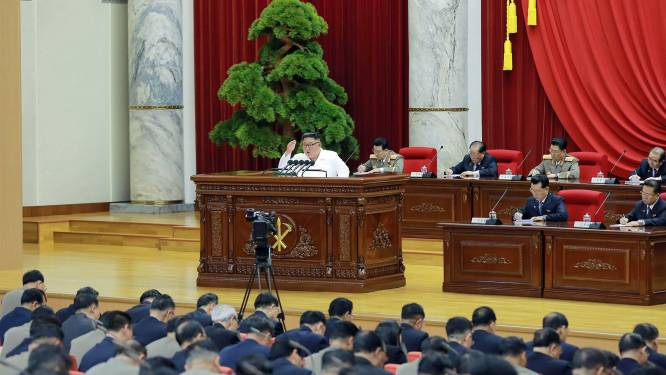 """Kim Jong-un geeft speech van zeven uur en roept op tot """"militaire tegenmaatregelen"""""""