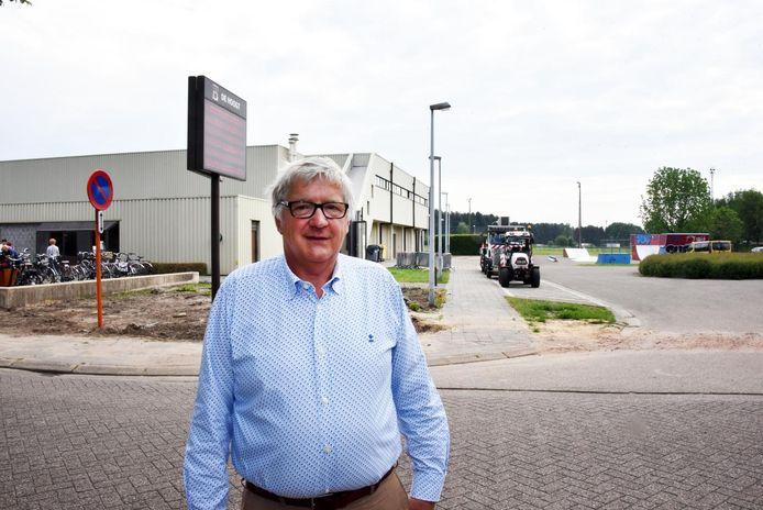 Achter burgemeester Jos Vinckx zal een tweede sporthal tegen de bestaande worden gebouwd.