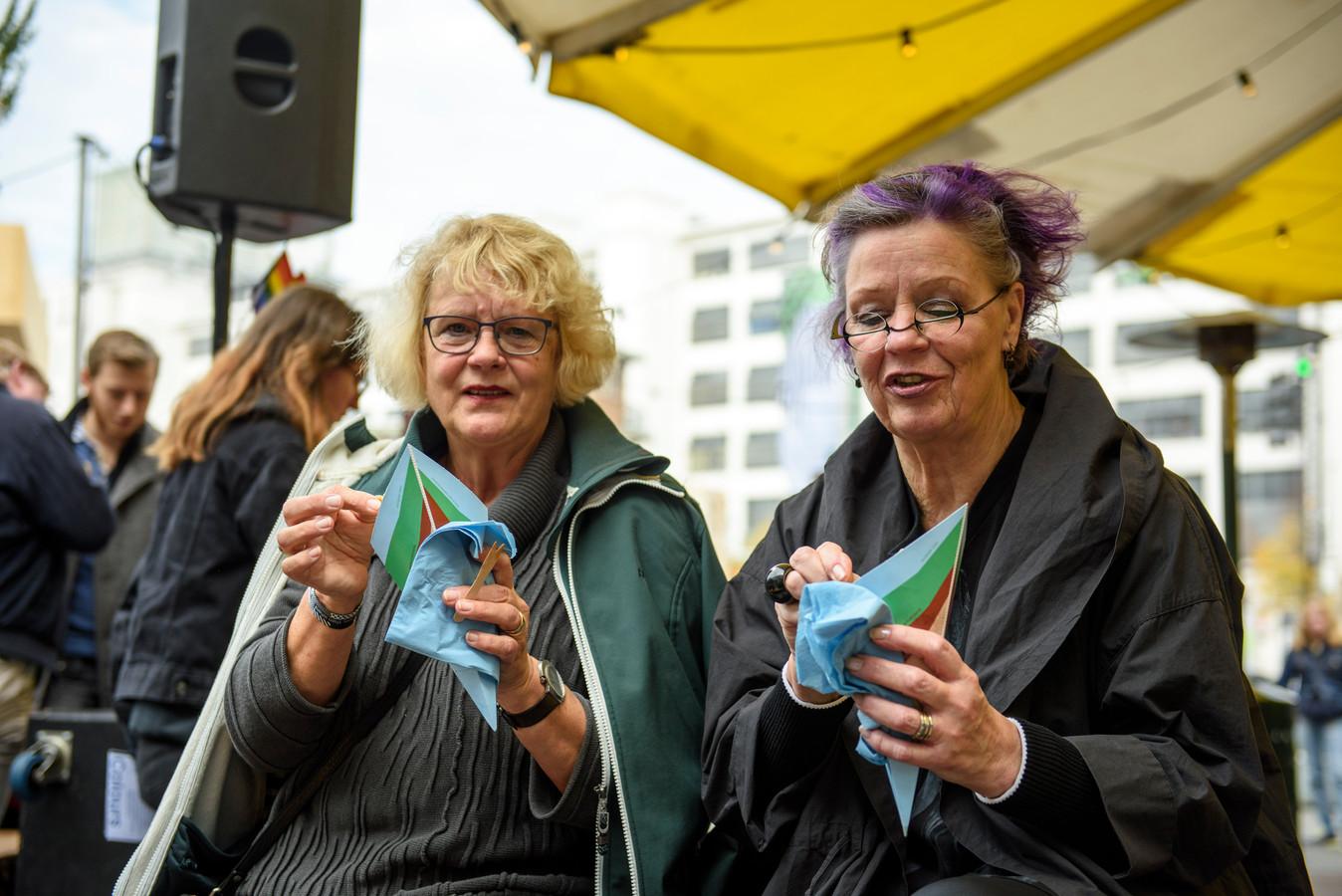 Yvonne Mesu (Links) en Yvonne van den Bovenkamp eten een Frietje Precies bij de DDW.