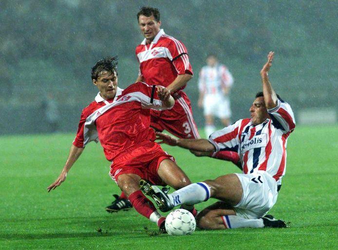 Mariano Bombarda (r) loopt zich in de Champions League vast op de defensie van Spartak Moskou. Willem II zou de groepswedstrijd in eigen huis met 1-3 verliezen.