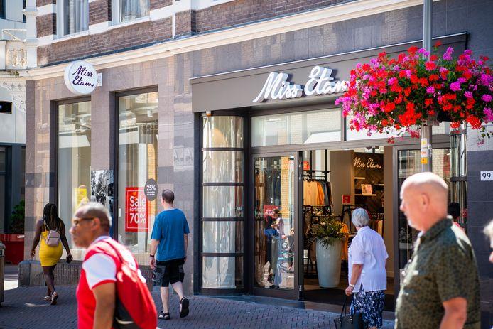 Weet Miss Etam opnieuw een faillissement van het moederbedrijf te overleven? De verkoopsters in Apeldoorn hopen het...