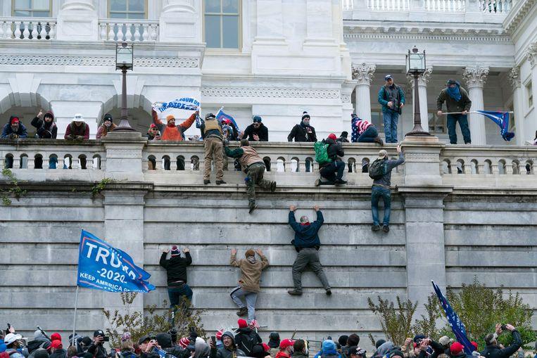Aanhangers van president Donald Trump bestorming het Capitool in Washington. Beeld AP