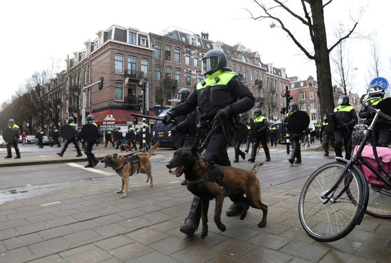 Bij de rellen zondag in Amsterdam werden honden en paarden ingezet door de politie.  Beeld Reuters