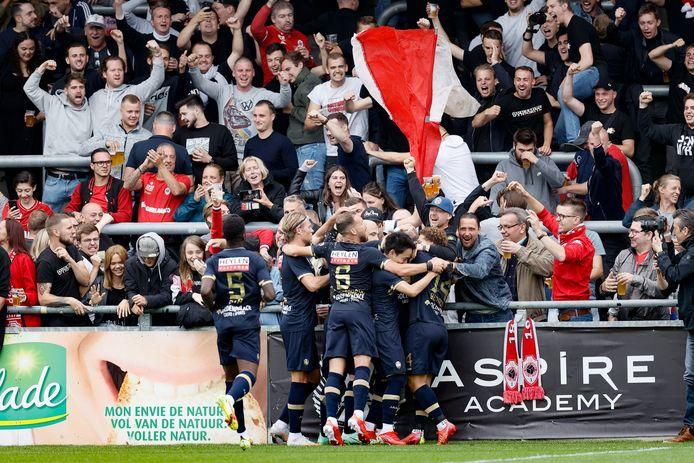 Antwerp-spelers vieren de 0-1 met de meegereisde supporters.