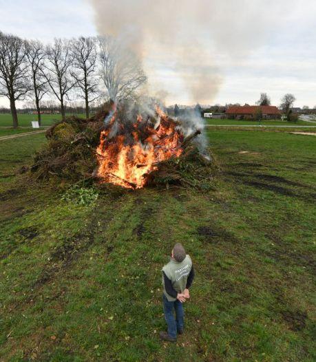 Corona zet streep door paasvuren in Berkelland, in Lochuizen brandt het vuur nu al