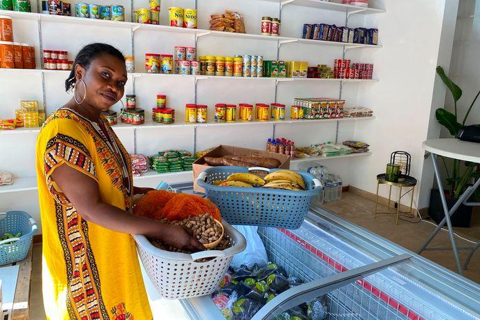 De Congolse Chantal Yayi Akisu uit Burst opende in de Bosstraat in Mere Afroshop Karibu met Afrikaanse voeding.