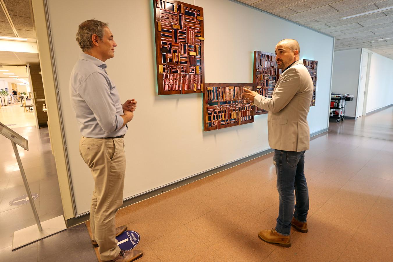 Lichtsculptuur  kunstenaar  *Rob van Rooij* en  *Pierre Veenman* voorzitter van de kunstcommissie van MMC.