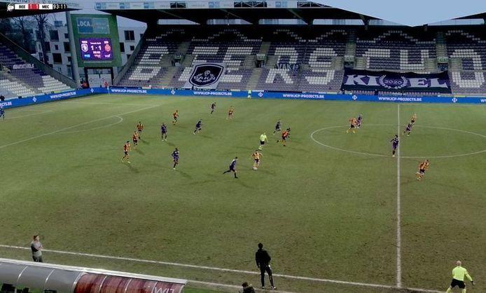 Kaya (midden in beeld) passt richting Schoofs (rechts in beeld). Laatste genoemde gaf uiteindelijk de assist voor de 1-2.