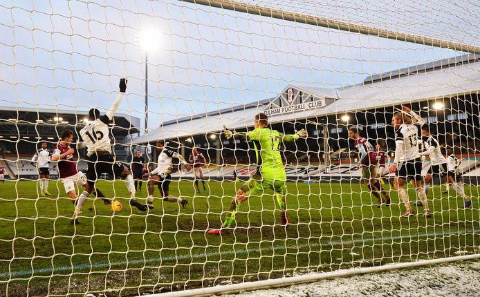 Kevin Long scoort de 3-0 namens Burnley tegen Fulham.