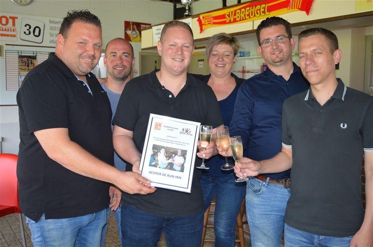 De overname van de stadionnaam met Koen Winters (derde van links) en Maarten Roeffaers (uiterst rechts). Links staat voorzitter van SV Breugel Davy Tijssen, stroman Maarten Oeyen herkent u als tweede van rechts.