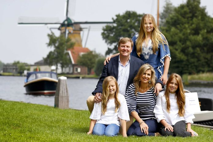 Koning Willem-Alexander, koningin Maxima en prinsessen (VLNR) Ariane, Amalia en Alexia tijdens de fotosessie van de koning en zijn gezin bij de Kagerplassen.