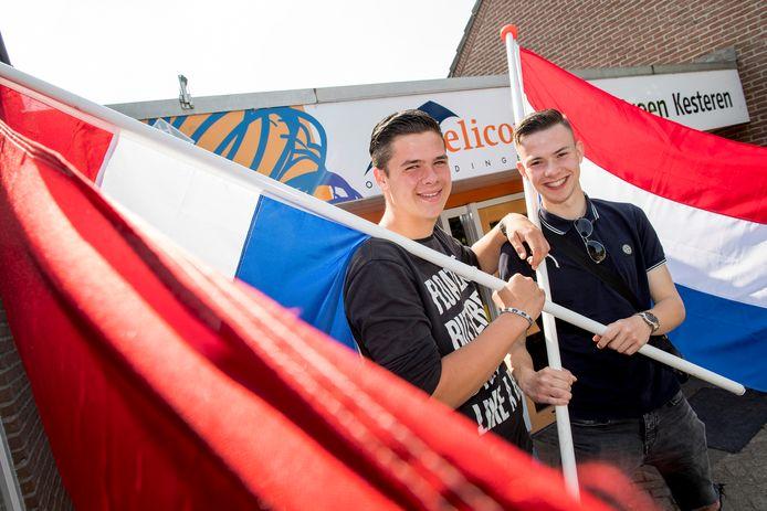 Heliconleerlingen Mitchell Naber (r) en Leroy van de Wardt maken zich op voor het Koninklijk bezoek volgende week in Opheusden. Beide jongens mogen een praatje maken met de koning en koningin.