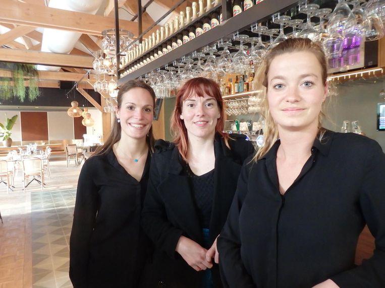 Marlot van der Wijk, Linda Inpijn en Marieke van der Wilk van Strandzuid bij de bar, ook nieuw Beeld Schuim