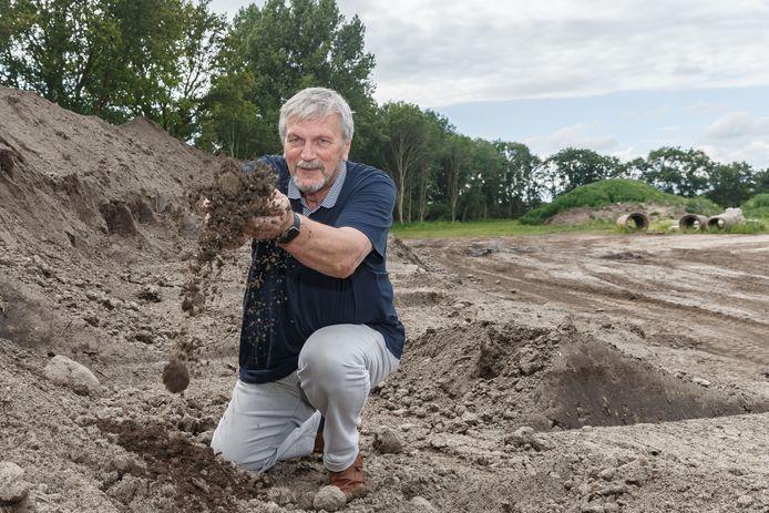 Ze komen nog 10 kuub grond tekort voor de motorcrossbaan in Staphorst, zo geeft voorzitter Bé Veen aan.