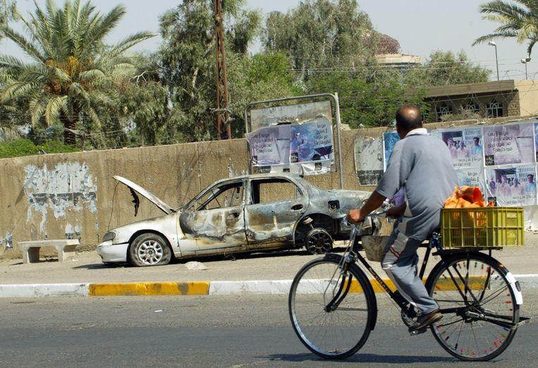 Een uitgebrande auto nabij het Nisoor-plein, gefotografeerd een paar dagen na de schietpartij. Beeld AFP