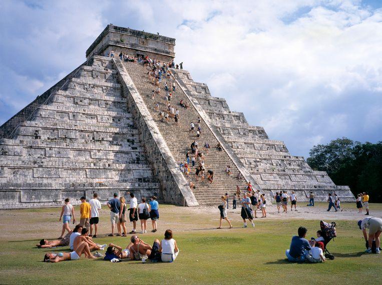 Toeristen bij de Piramide van Kukulcan in Chichén Itzá op het schiereiland Yucatán in Mexico.  Beeld Andre Maslennikov