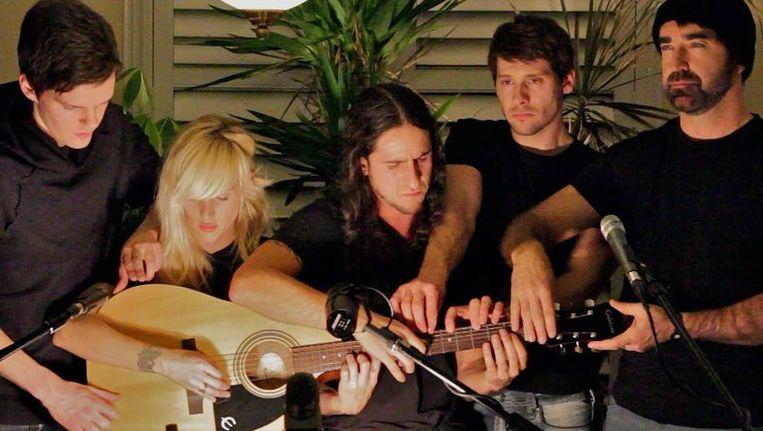 De Canadese band Walk off the Earth maakte een cover van Gotyes hit 'Somebody that I Used to know' die in een mum van tijd de wereld rond gaat. Beeld UNKNOWN