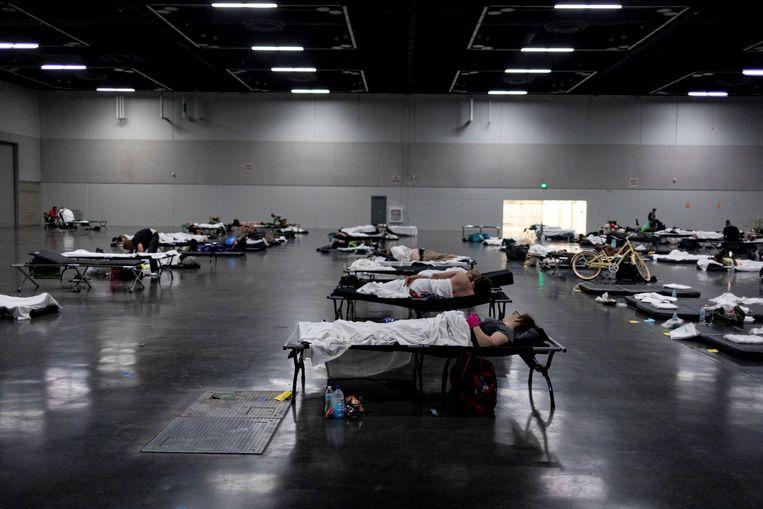 Mensen slapen in een speciaal ingericht afkoelcentrum. Beeld REUTERS