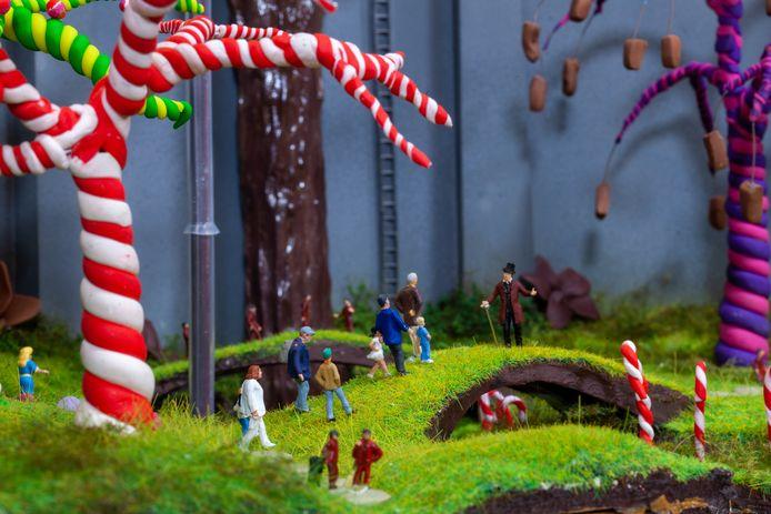 Hier maakte hij een miniatuur van Sjakie en de Chocoladefabriek.