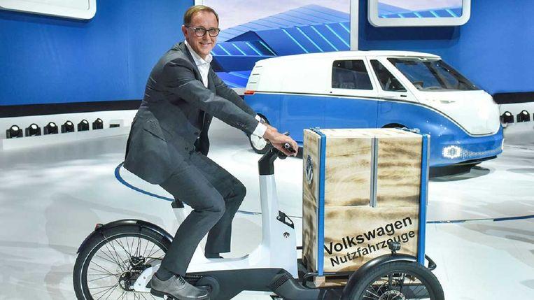 De elektrische transportfiets van Volkswagen, met op de achtergrond een concept van het elektrische busje dat VW gaat maken. Beeld VW