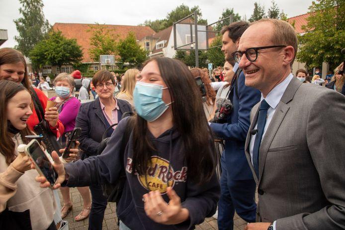 Minister Ben Weyts ging partycrashen op het festival van Tectura in Merelbeke en ging gewillig met de studenten op een selfie.