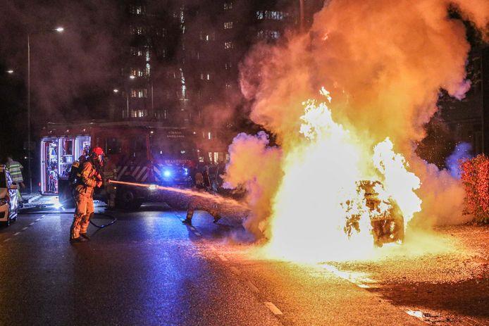 De brandweer blust de auto in Emmeloord.