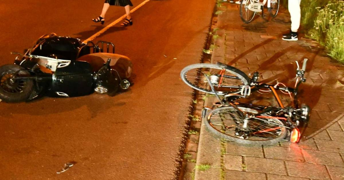 Twee gewonden bij aanrijding tussen scooter en fietser in Enschede.