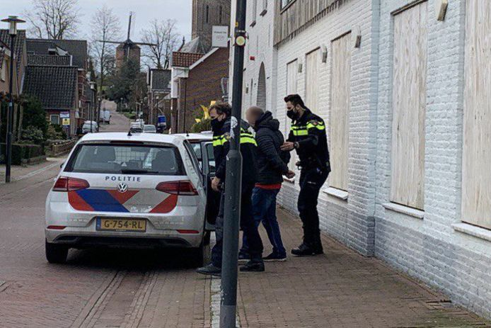 De politie heeft een man aangehouden op verdenking van inbraak in een woning aan de Papaverstraat in Zeddam.