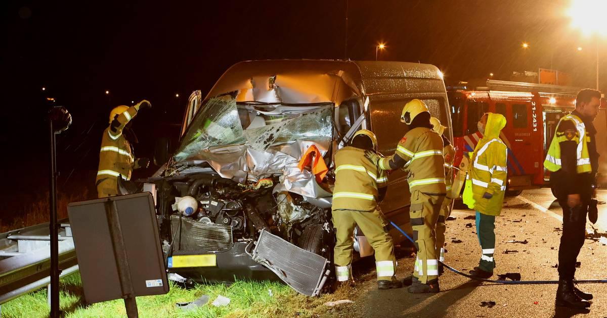 Bestuurder bestelbus zwaargewond na botsing met vrachtwagen op de A2.