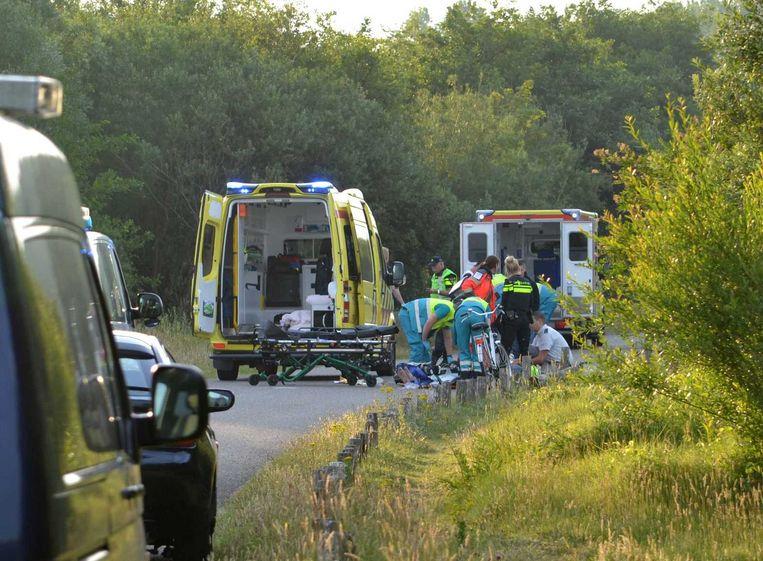 Ambulancepersoneel verzorgt een van de slachtoffers. Beeld anp