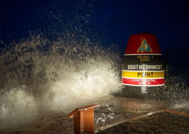 Golven slaan bij Key West tegen de wal bij het meest zuidelijk gelegen punt in de Verenigde Staten. Beeld AP