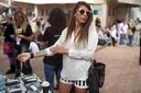 Een jonge Israëlische draagt een tijdelijke tatoeage van een kampnummer als onderdeel van een herinneringscampagne in Tel Aviv