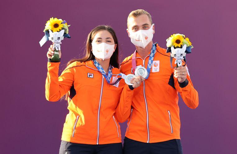 Gabriela Schloesser en Steve Wijler met de zilveren medaille na afloop van de finale van het handboogschieten gemixt op de Olympische Spelen. Beeld EPA