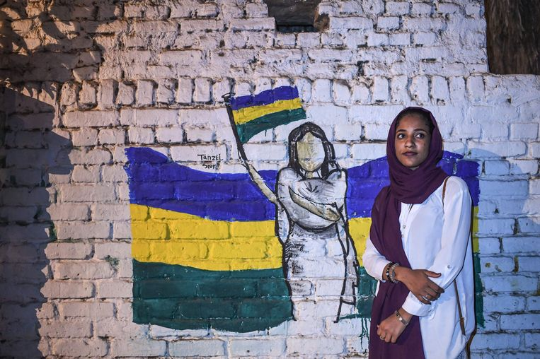 Alaa Salah werd het gezicht van het protest tegen het bewind van de inmiddels verdreven president Omar Al Bashir. Beeld AFP