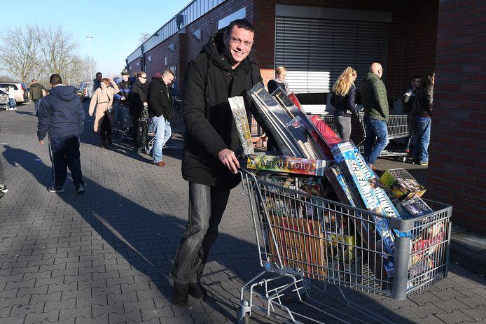 Veel inwoners van de regio Nijmegen halen vuurwerk in Duitsland. Bij de vakhandel of, zoals hier, bij de Aldi in Kranenburg. In Duitsland mag vuurwerk alleen in de laatste drie dagen van het jaar verkocht worden.