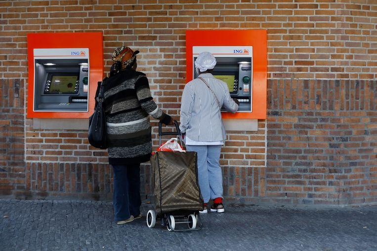 Een klant gebruikt een pinautomaat.  Beeld ANP