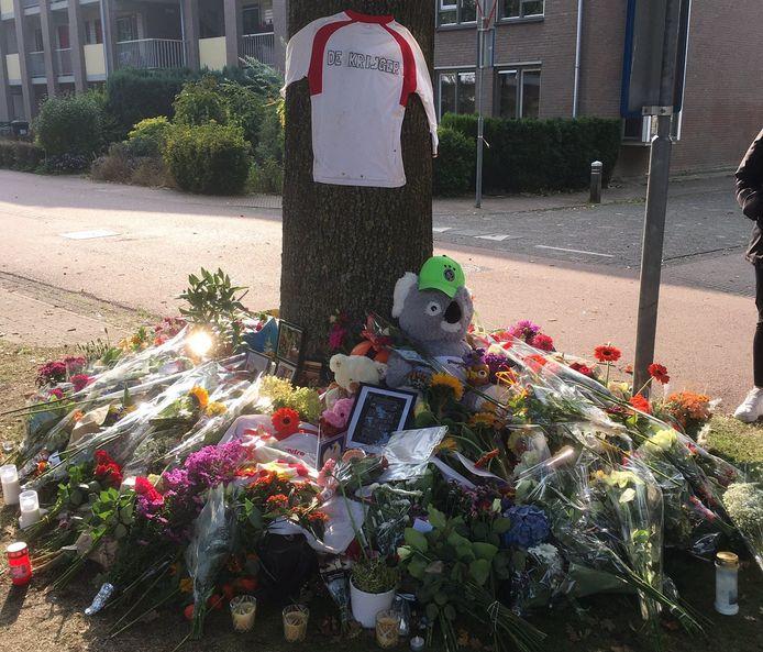 De bloemenzee op de plek waar de 17-jarige Vughtse scholier Jesse om het leven kwam.