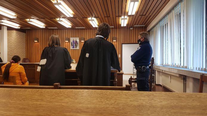 Het proces vond plaats in de rechtbank van Veurne. Links ziet u de moeder van het meisje, ernaast de advocaten.