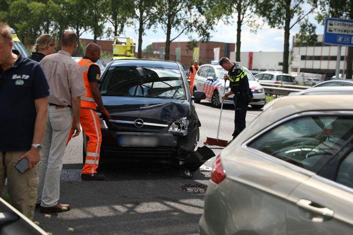 De snelweg A12 is afgesloten van de Duitse grens richting Arnhem vanwege een ongeluk.