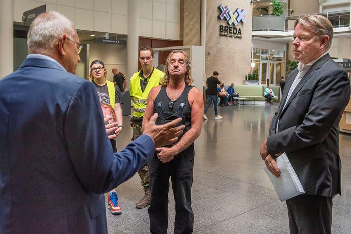 Oud-wethouder Bob Bergkamp in gesprek met Kees Koffeman van de gemeente Breda. Hij steunt Rino Driessen van Stichting Ariba in zijn strijd met de gemeente om tot er een concreet bestemmingsplan ligt op locatie aan de Woestenbergseweg in Bavel te kunnen blijven.