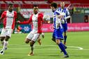 Ricardo van Rhijn maakt hands: strafschop voor Heerenveen.