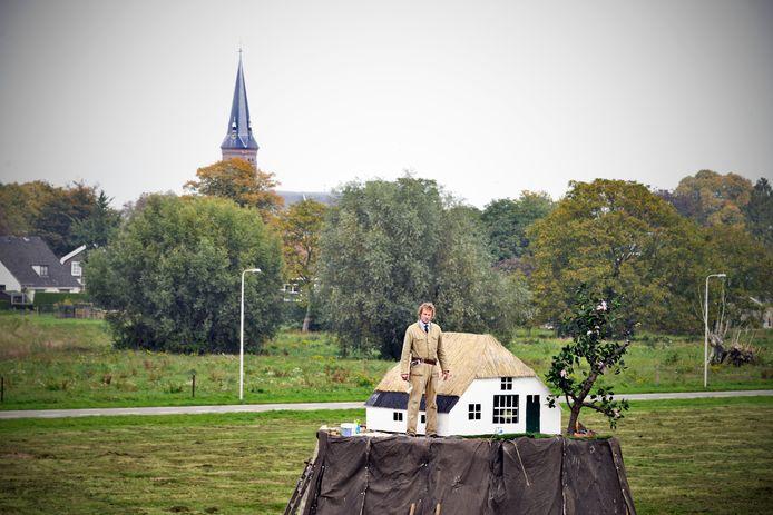 Kunstenaar Leonard van Munster bij zijn kunstwerk aan de Oosterhoutsedijk.
