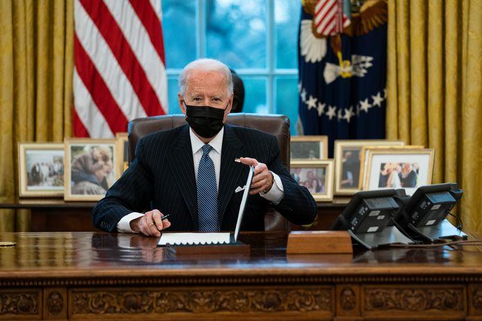 Op deze foto van maandag van president Joe Biden in het Oval Office is het houtblok met de rode knop weer te zien.