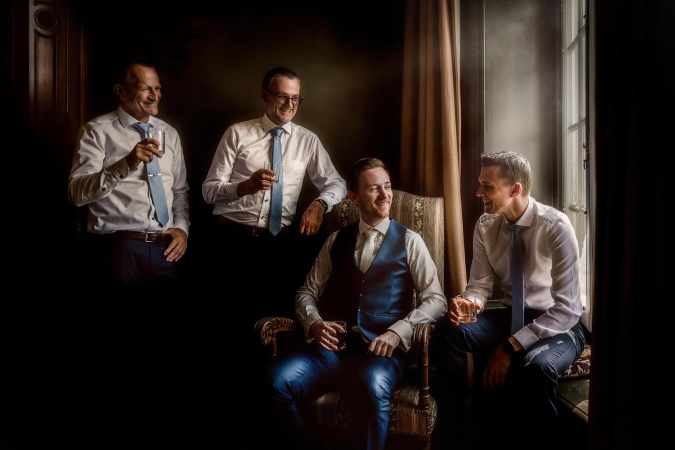 De mannen aan de whiskey.