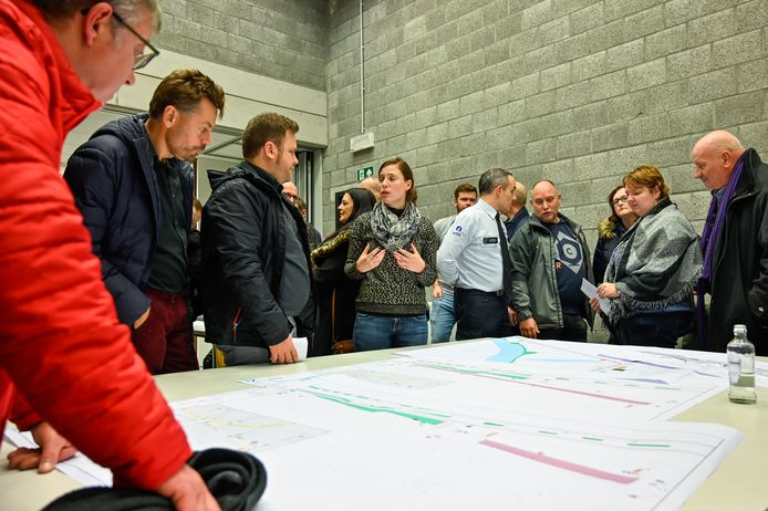 Inwoners konden in Zaal Kluster de plannen van de Zeelsebaan bekijken. Het lokte veel volk.