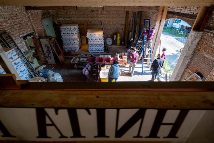 HEIST-OP-DEN-BERG Leerlingen van het SInt-Lambertusinstituut plaatsen de ramen in de Hnitahoeve